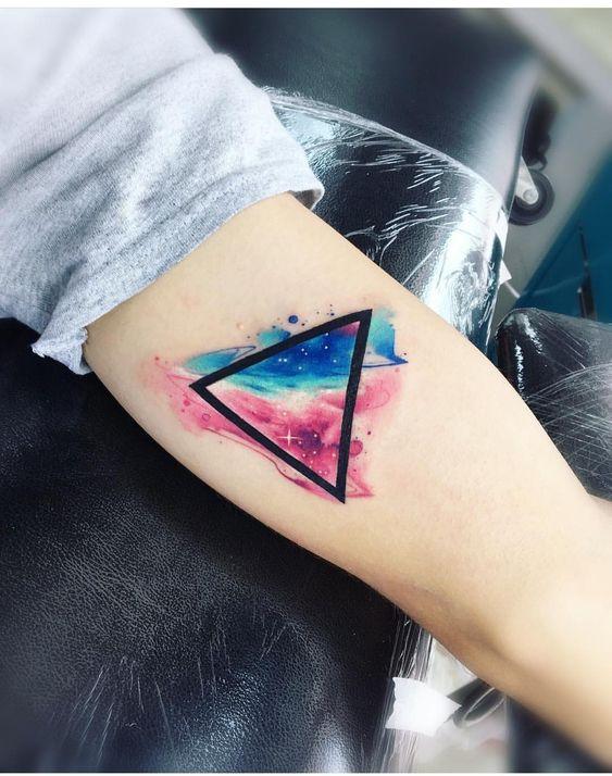 Tatuaje De Triángulo A Color Fondo Espacio