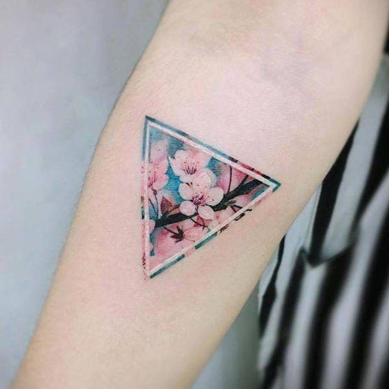 Tatuaje De Triángulo A Color