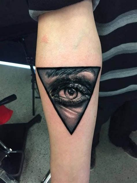 Tatuaje De Triángulo Con Ojos Realistas