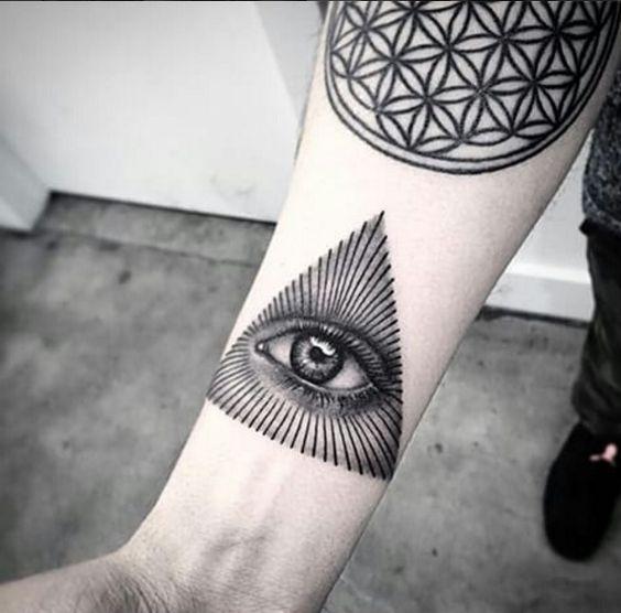 Tatuaje De Triángulo Con Ojos