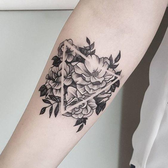Tatuaje De Triángulo En El Brazo Con Flores