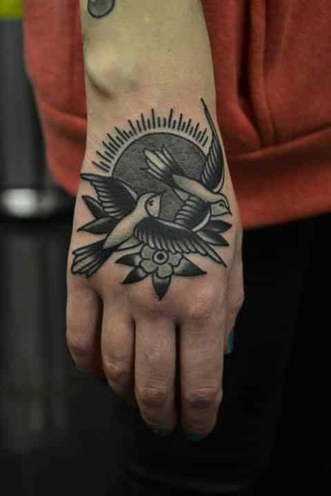 chicas tatuadas en la mano 1 - Tatuajes en la mano diseños para hombres y mujeres con significado