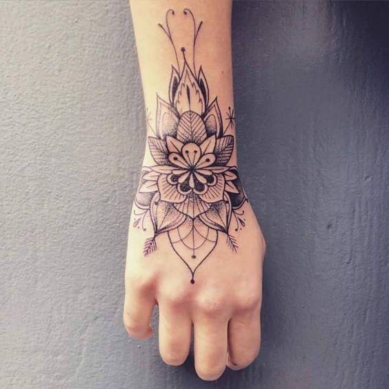 chicas tatuadas en la mano 2 - Tatuajes en la mano diseños para hombres y mujeres con significado