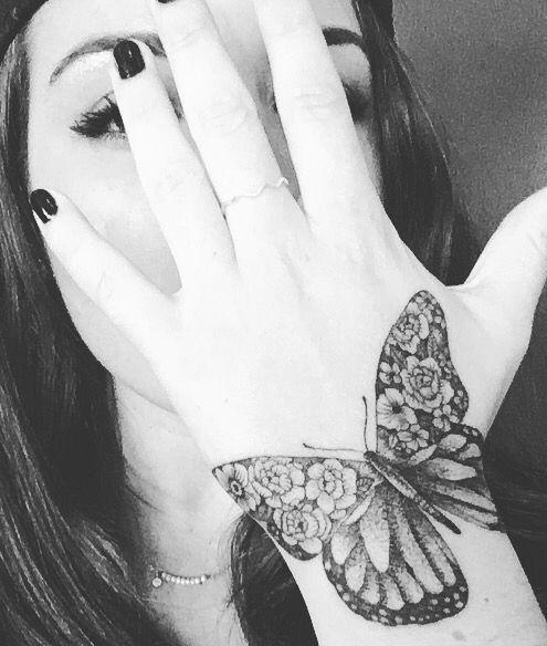 chicas tatuadas en la mano 6 - Tatuajes en la mano diseños para hombres y mujeres con significado
