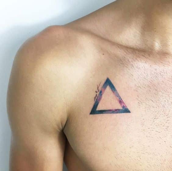 tatuajes de triangulos pecho