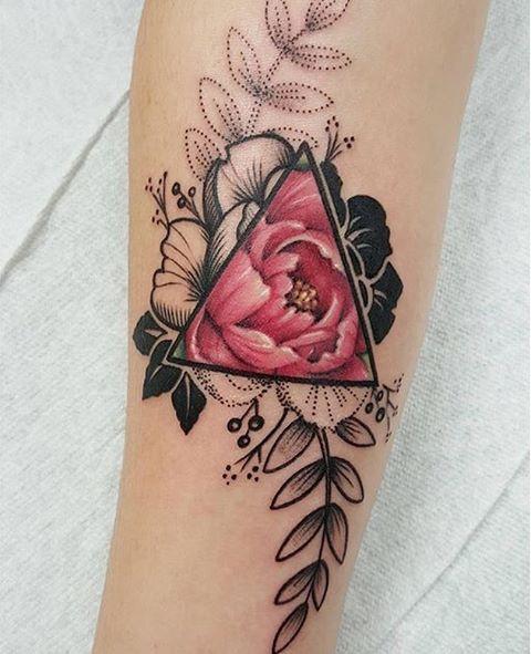 mujeres con tatuajes de triangulos 4 - +40 Tatuajes de triángulos y su particular significado en cada diseño