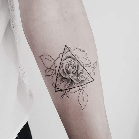 mujeres con tatuajes de triangulos 5 - +40 Tatuajes de triángulos y su particular significado en cada diseño