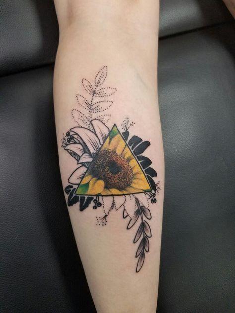 mujeres con tatuajes de triangulos 6 - +40 Tatuajes de triángulos y su particular significado en cada diseño