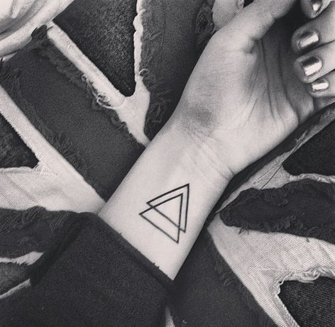 tatuajes con 2 triangulos 6 - +40 Tatuajes de triángulos y su particular significado en cada diseño