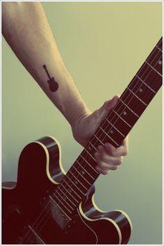 tatuajes de guitarras pequeñas 7 - Tatuajes de guitarras eléctricas y acústicas amor por la música en la piel