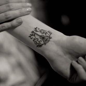 tatuajes de guitarras pequeñas 9 - Tatuajes de guitarras eléctricas y acústicas amor por la música en la piel