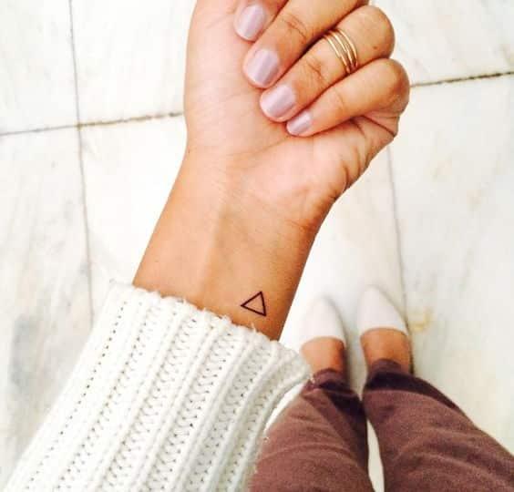 tatuajes de triangulos para mujeres 5 - +40 Tatuajes de triángulos y su particular significado en cada diseño