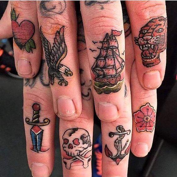 tatuajes en la mano dedos