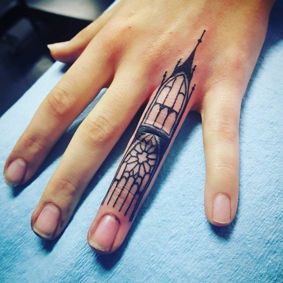 tatuajes en la mano dedo