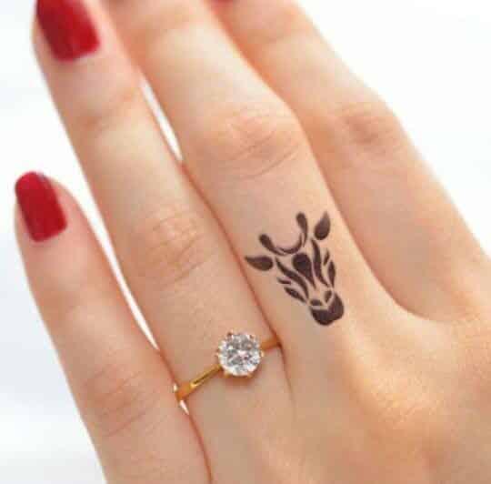 tatuajes en las manos y dedos 5 - Tatuajes en la mano diseños para hombres y mujeres con significado