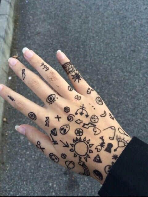 tatuajes pequeños en la mano 1 - Tatuajes en la mano diseños para hombres y mujeres con significado