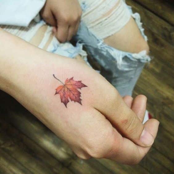 tatuajes en la mano hoja