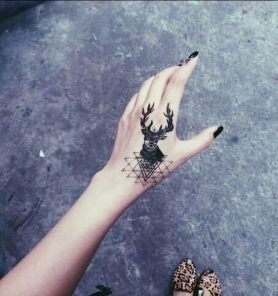 tatuajes pequeños en la mano 5 - Tatuajes en la mano diseños para hombres y mujeres con significado