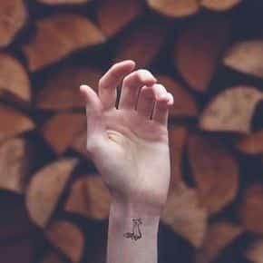 tatuajes pequeños en la muñeca 6 - Tatuajes pequeños para hombres y mujeres, fotos y diseños geniales