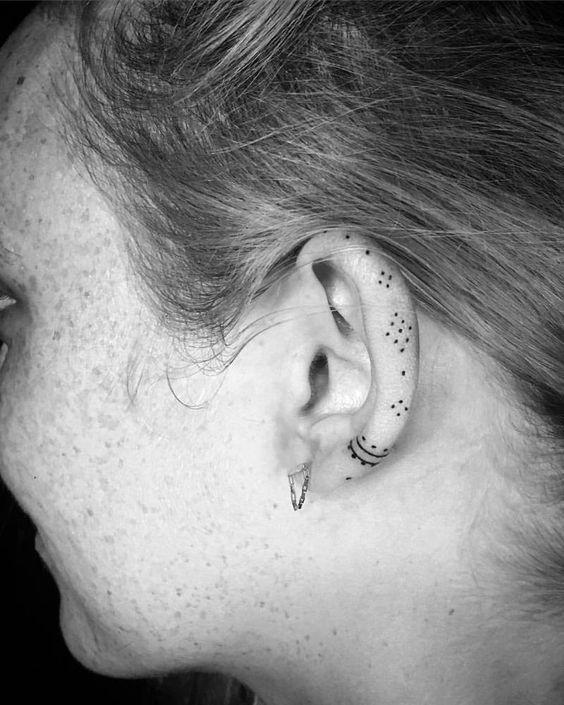 tatuajes pequeños oreja 1 - Tatuajes pequeños para hombres y mujeres, fotos y diseños geniales