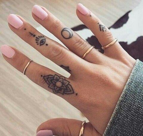 Chicas Tatuajes Dedos (1)