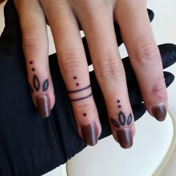 Chicas Tatuajes Dedos (4)