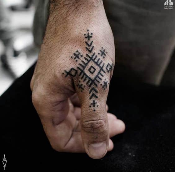 Dedos Tatuados Hombres (1)