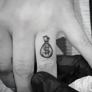 Significados De Los Tatuajes En Los Dedos (5)