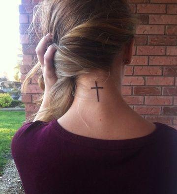 Tatuaje De Cruz En El Cuello (3)