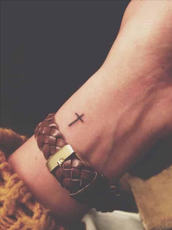 Tatuaje De Cruz En La Muñeca (2)