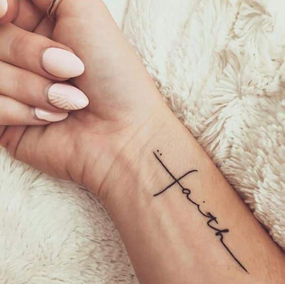 Tatuaje De Cruz En La Muñeca (5)