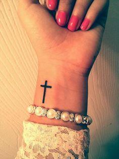 Tatuaje De Cruz En La Muñeca (7)