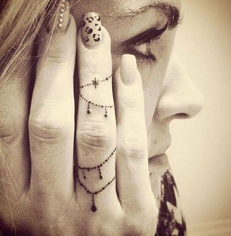 Tatuaje De Mujer En El Dedo (2)