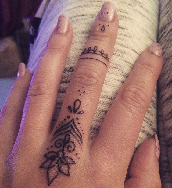 Tatuaje De Mujer En El Dedo (5)