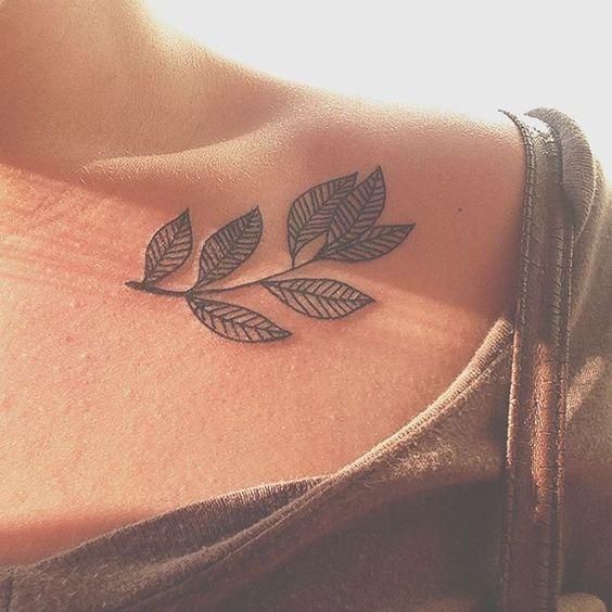 Tatuajes De Mujeres En La Clavicula (5)