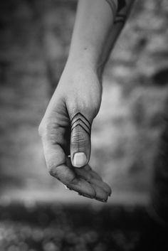 Des Tatouages Sur Les Doigts Pour Les Hommes (8)
