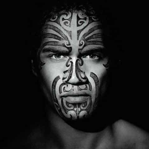 hombre tatuaje maori